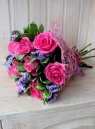 Букет из розовых роз и статицы.