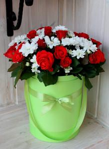 Коробка с алыми розами и белыми хризантемами.