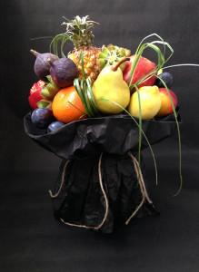 Букет из фруктов с мини-ананасом.