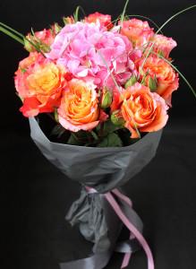 Букет из оранжевых роз и гортензии.