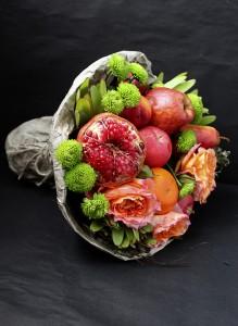 Букет с ананасом, гранатом и розами.