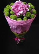 Букет с розовой гортензией и зелеными хризантемами.