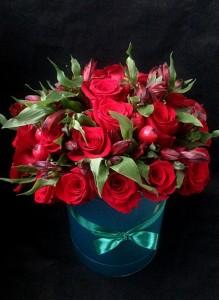 Коробка с красными розами и альстромерией.