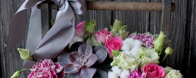 Букет в ящичке с розами, лизиантусами и суккулентом.