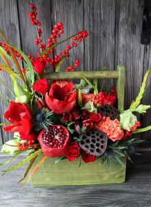 Букет в ящичке с амариллисом, розами, гранатом и илексом.