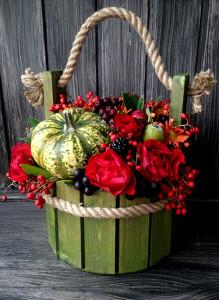 Букет с тыквой, розами и рябиной в ведёрке.