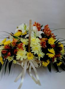 Корзина с лилиями, хризантемами и альстромерией.