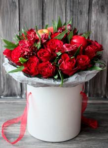 Букет в коробке с красными розами и альстромерией.
