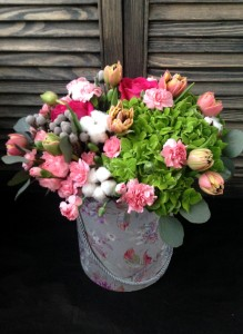 Коробка с гортензией, тюльпанами и гвоздикой.