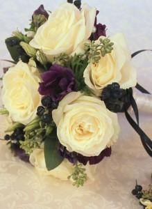 Свадебный букет с белыми розами, анемонами и черникой.