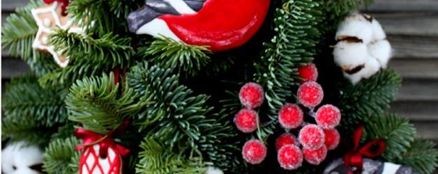 Новогодняя елка, украшенная пряниками.