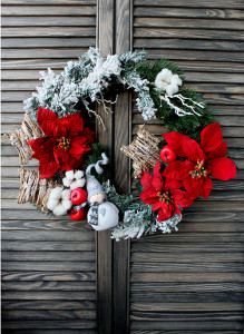 Рождественский венок с пуансеттией и снеговиком.