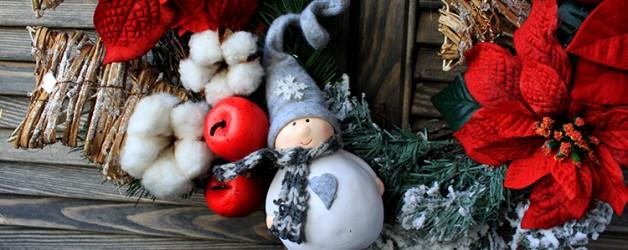 Рождественский венок со снеговиком и пуансеттией