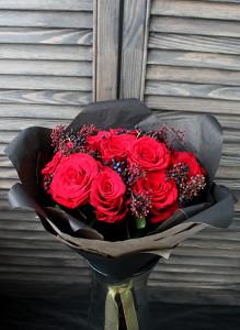 Букет из красных роз и скиммии.