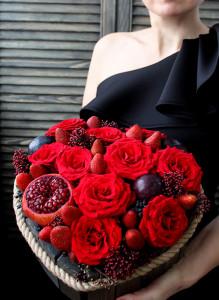 Сердце из красных роз, клубники и граната в ящичке.