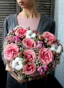 Сердце из розовых роз в деревянном ящичке.