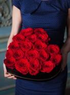 Сердце из красных роз в черной коробке.