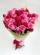 Букет из розовых роз и тюльпанов.