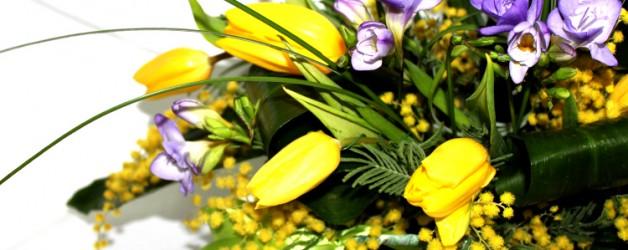 Весенняя композиция с мимозой, тюльпанами и фрезией