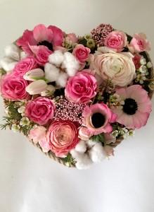 Сердце из розовых роз, анемон и ранункулюсов.