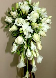 Свадебный букет с каллами и фрезией и розами