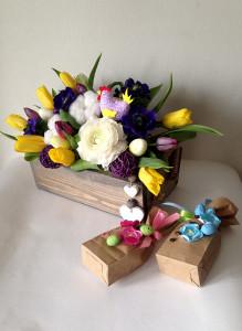 Пасхальная композиция с тюльпанами, чаем и кофе.