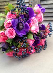 Букет из розовых роз и синих анемонов.