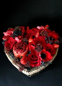 Сердце из красных роз, анемонов и клубники.