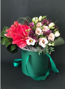 Розовый амариллис в шляпной коробке.