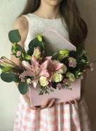 Конверт с розовой лилией, розами и гвоздикой.