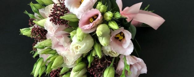 Свадебный букет с нежно-розовыми лизиантусами.