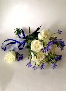 Букет невесты из белых роз и колокольчиков.