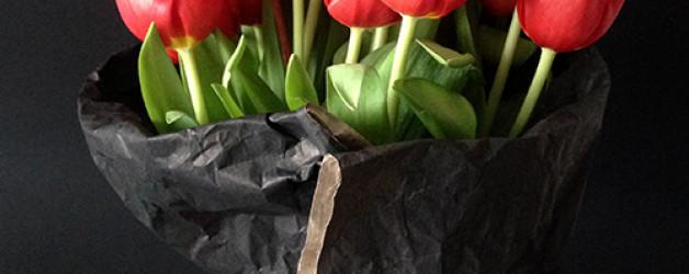 Букет из 19 красных тюльпанов.