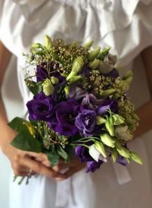 Букет невесты из сиреневых лизиантусов.