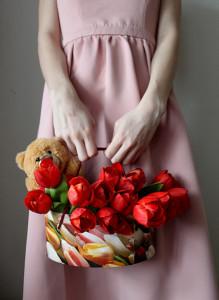 Красные тюльпаны в коробке с игрушкой.