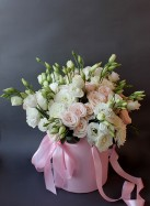 Коробка с кремовыми и белыми розами.