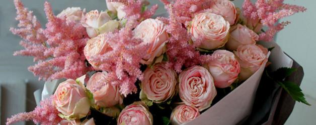 Пионовидные розовые розы бомбастик с розовой астильбой