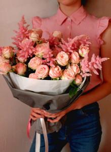 Букет из розовых кустовых роз и астильбы.