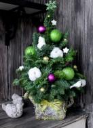 Елка из веток пихты, с хлопком и зелеными шарами.