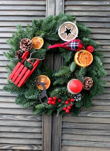 Рождественский венок с пихтой и красными санками