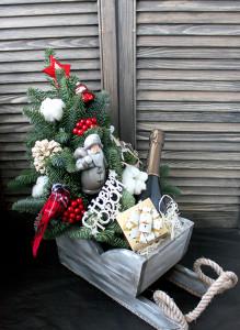 Новогодние сани с елкой, шампанским и подарками.