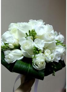 Круглый свадебный букет из белых роз и белых фрезий