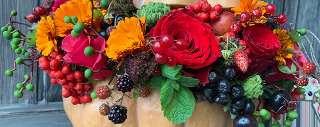 Тыква с цветами и ягодами