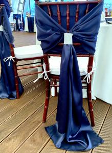 Бант на стул синий атласный. Аренда.