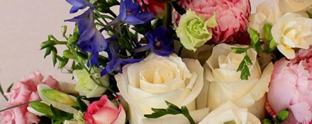 Свадебное оформление цветами банкетного зала.
