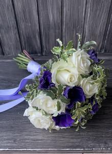 Букет невесты с белыми розами и синими анемонами.