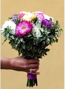Букет невесты с астрами, розами и хризантемами.