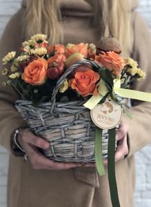 Композиция с оранжевыми розами и кремовыми хризантемами в корзинке