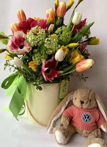 Композиция в коробке с анемонами, тюльпанами и вибурнум с игрушкой.