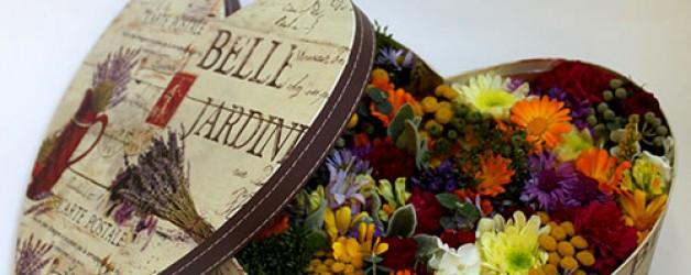 Цветы в коробке- очень модный подарок женщине!